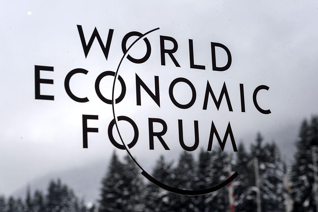 2015年1月23日世界經濟論壇年會期間,達沃斯會議中心外的世界經濟論壇標誌。(FABRICE COFFRINI/AFP via Getty Images)