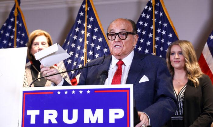 特朗普競選團隊律師團負責人魯迪·朱利亞尼(Rudy Giuliani)2020年11月22日發表聲明表示,美國前聯邦檢察官西德尼·鮑威爾(Sidney Powell)不再是特朗普競選團隊的律師。(Charlotte Cuthbertson/The Epoch Times)