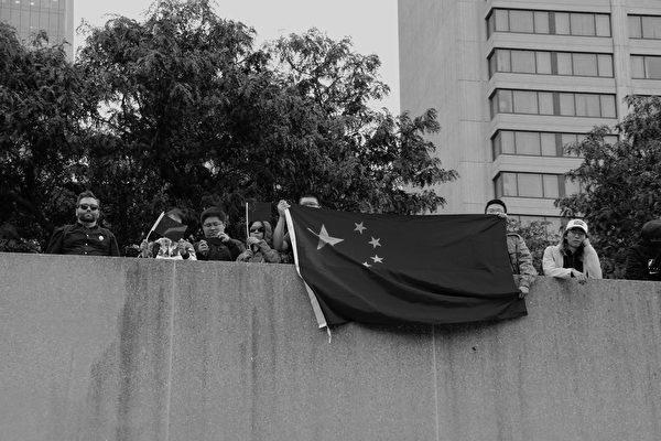 9月29日多倫多抗共大遊行有超過2,000參加,前來攪事的留學生只來了5名。(伊鈴/大紀元)