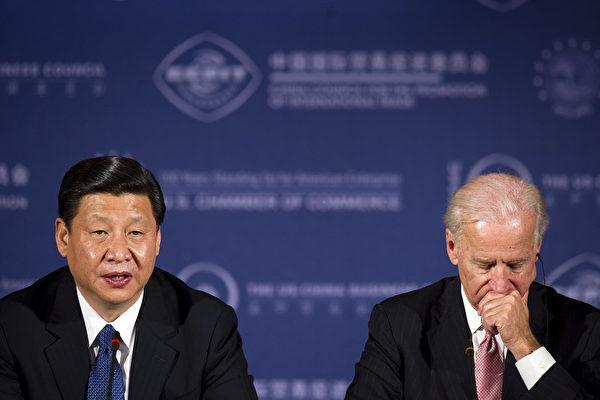 2012年2月14日,美國華盛頓特區,美國商會的一次商務圓桌會議上,中共國家副主席習近平與美國副總統祖·拜登(Joe Biden,右)進行了會談。(JIM WATSON/AFP via Getty Images)