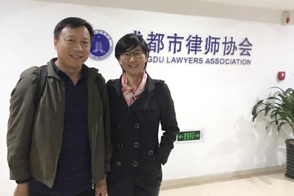 被稱為中國最勇敢女律師的王宇,曾遭受當局酷刑迫害。圖為她與先生包龍軍律師合影。(受訪人提供)