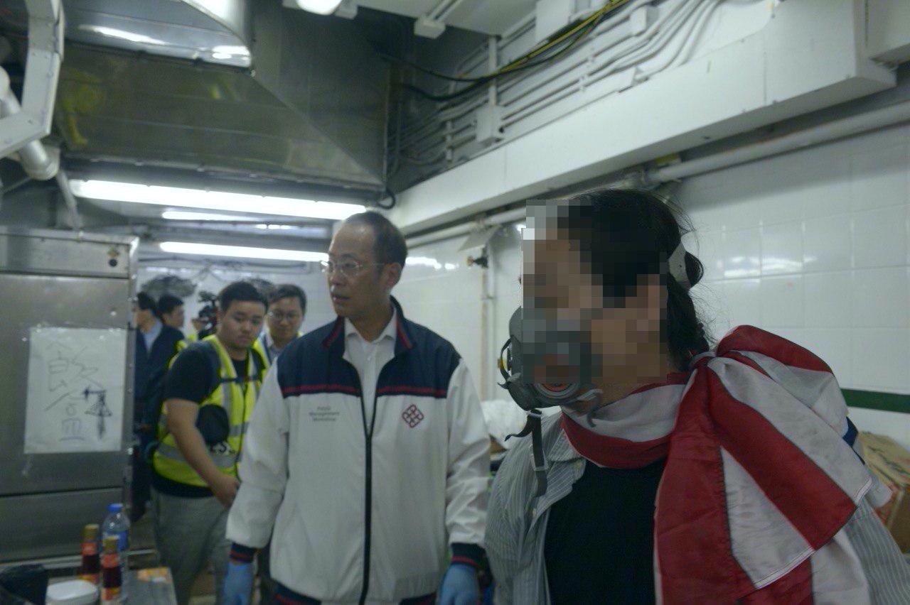 21日下午,理大副校長衞炳江等三人隨1名抗爭者前往食堂打掃衛生。(余天佑/大紀元)