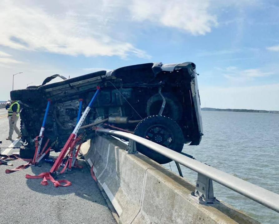 美國馬里蘭州大洋城日前發生一起交通事故,導致一輛貨車險些衝入海中掛在護欄上,而車上女童卻被甩出墜海。(大洋城消防局提供)