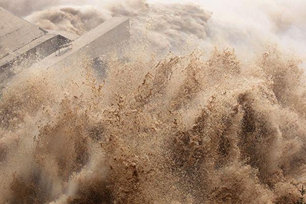 多位網絡人士發影片,指點長江中下游居民自救的方法。示意圖(AFP/AFP/GettyImages)