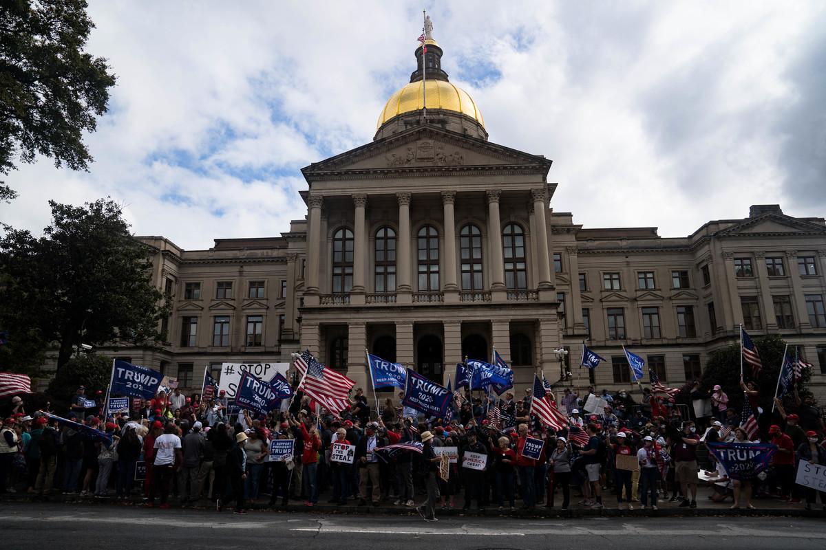 2020年11月7日,美國佐治亞州亞特蘭大,部份媒體片面預測拜登當選總統後,特朗普的支持者聚集在佐治亞州國會大廈(Georgia State Capitol)外。(Megan Varner/Getty Images)