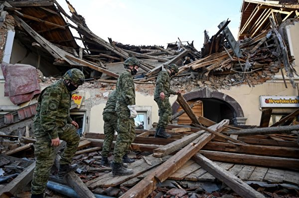 2020年12月29日,克羅地亞彼得里尼亞(Petrinja),該鎮遭受6.4級地震襲擊後,一群士兵協助進行善後工作。(DENIS LOVROVIC/AFP via Getty Images)