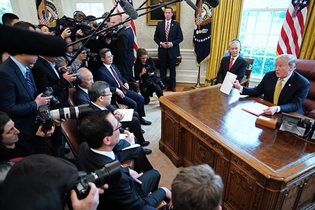 從4月3日開始,中美展開自去年12月1日習特會以來第六輪貿易談判,4日,特朗普在白宮接見中方代表團並召開記者會。(Chip Somodevilla/Getty Images)