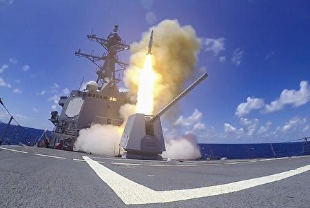 2020年8月26日,美國導彈驅逐艦「鍾雲」號(DDG 93)在太平洋沿岸2020年演習中發射一枚SM-2導彈。(大眾傳播專家Devin M. Langer/美國海軍)