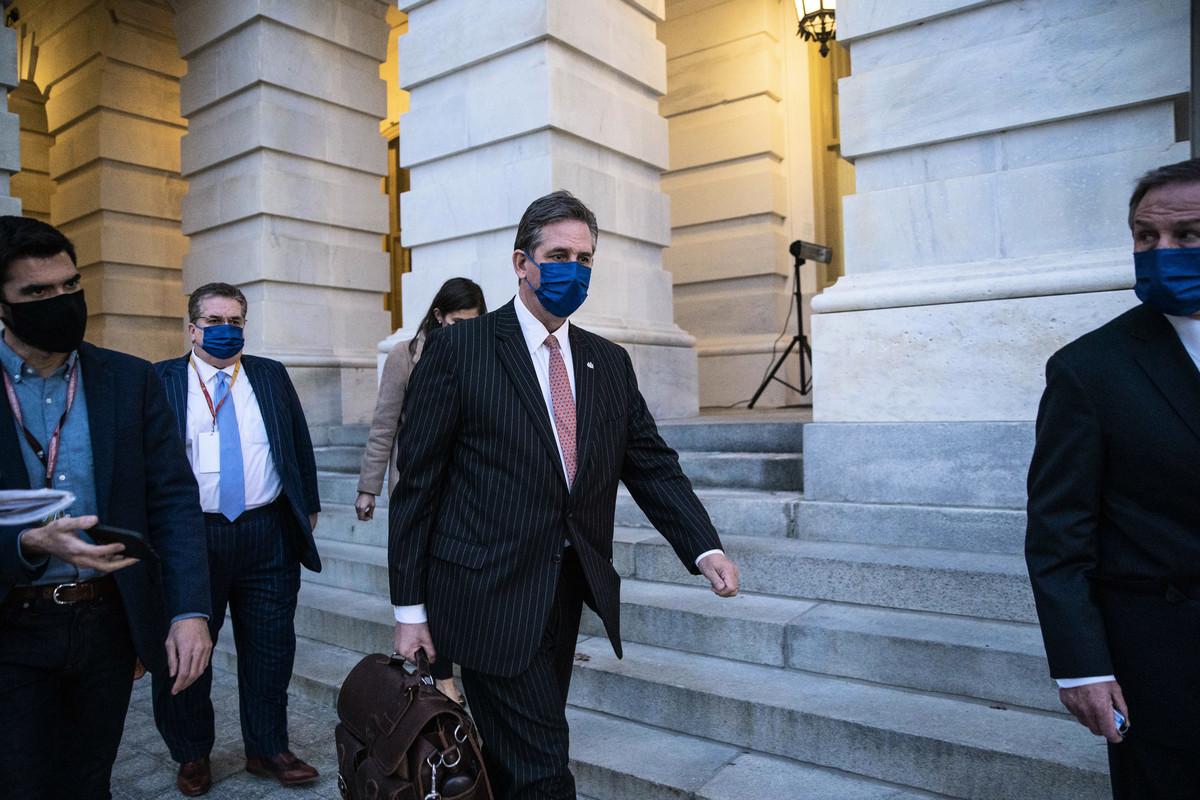 圖:前總統特朗普的辯護律師布魯斯·卡斯特(Bruce Castor)(中)在第二次彈劾特朗普的第一天彈劾審判結束後離開國會大廈。(Sarah Silbiger/Getty Images)