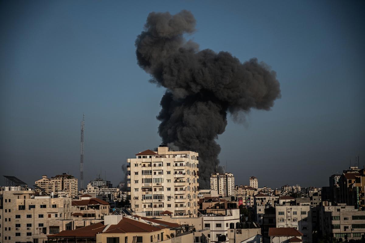 2021年5月12日,以色列空襲加沙市(Gaza City),以回應哈馬斯的火箭彈。(Fatima Shbair/Getty Images)