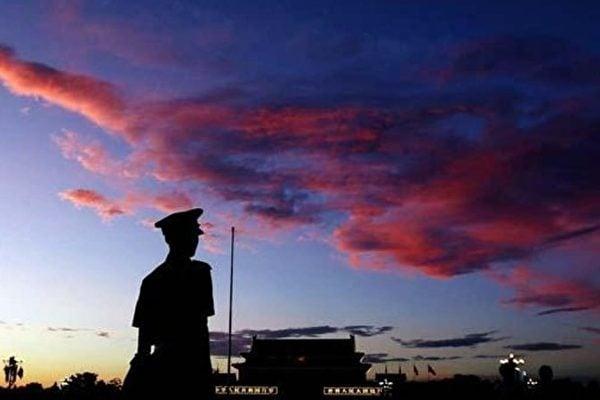 圖為一個士兵在天安門廣場上站崗的身影。(Feng Li/Getty Images)