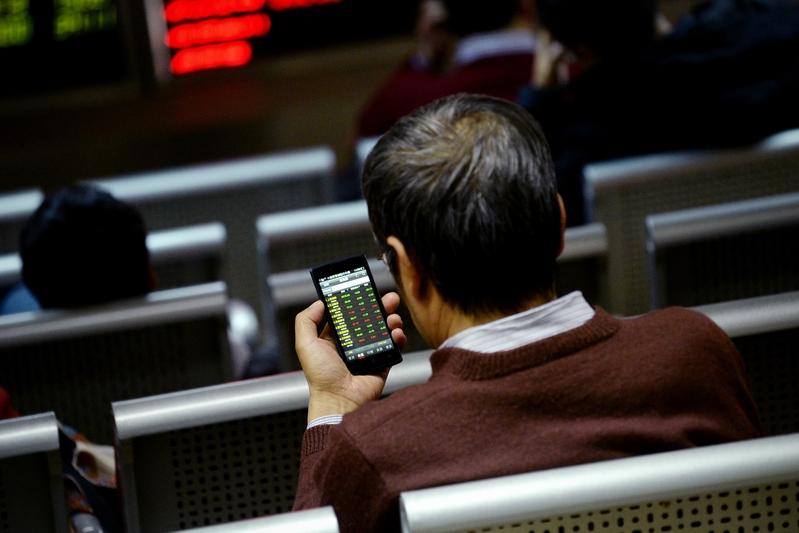滬深兩市的單日成交量萎縮,股價持續下跌,上市公司業績表現不佳。(WANG ZHAO/AFP)