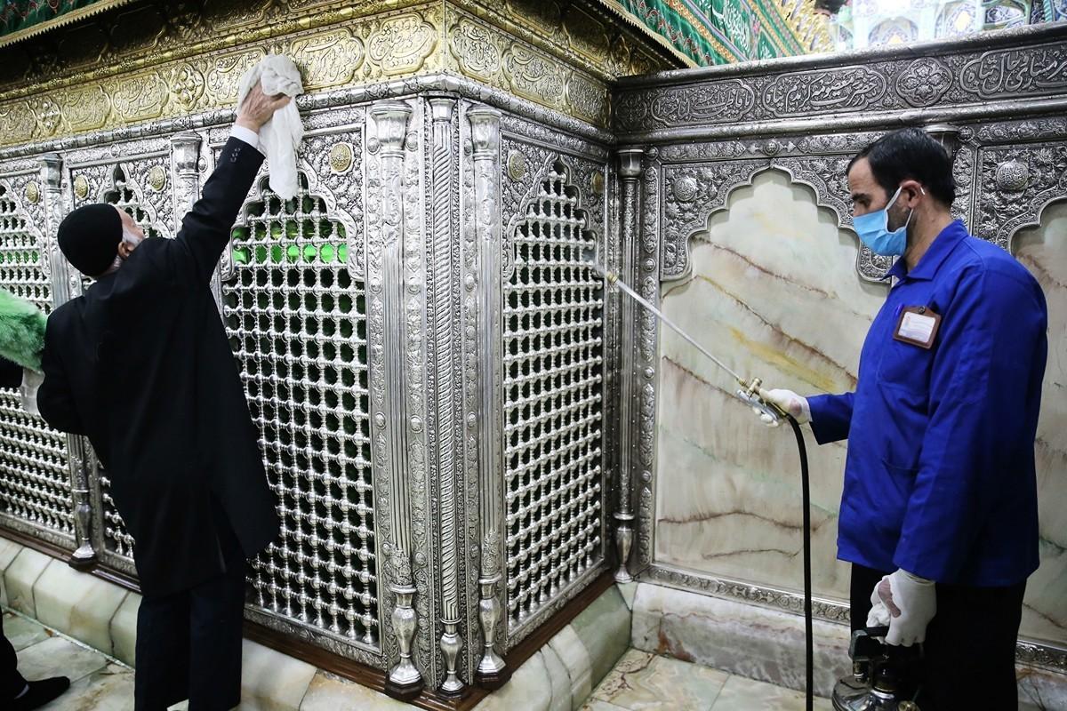 截至2020年2月25日,伊朗確診95例中共肺炎,其中16人死亡。圖為伊朗工作人員在給庫姆(Qom)的宗教場所消毒。(MEHDI MARIZAD/FARS NEWS AGENCY/AFP)