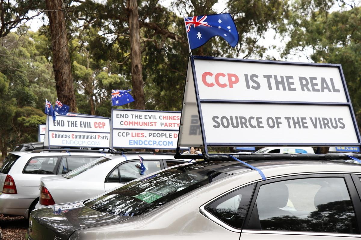 經過澳洲退黨服務中心徵簽義工一年的努力,越來越多澳洲民眾認清中共危害,聲援「打倒中共惡魔」全球聯署行動。圖為2021年1月17日,墨爾本退黨服務中心舉行的「解體中共邪黨」的汽車遊行活動。(Rita Li/大紀元)