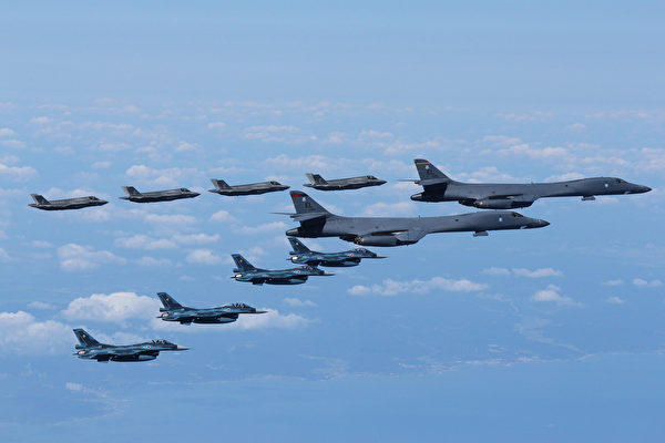 2017年9月18日,美軍的B-1B轟炸機(右)與F-35閃電II戰鬥機(遠處)和日本空中自衛隊的F-2戰鬥機(近處)在日本海共同演練。(美國陸軍)