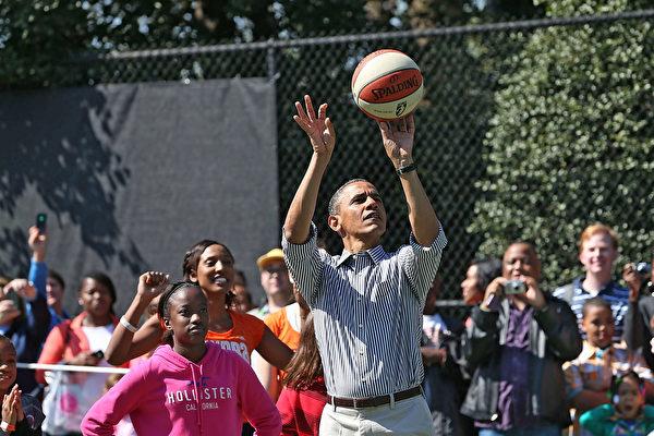 奧巴馬自2008年選舉以來就保持一個傳統,即每到選舉日便要來一場籃球賽,這次2016大選也不列外。周二早上8點前,奧巴馬就離開白宮,出門與朋友打籃球了。圖為奧巴馬在打籃球示意圖。(Mark Wilson/Getty Images)