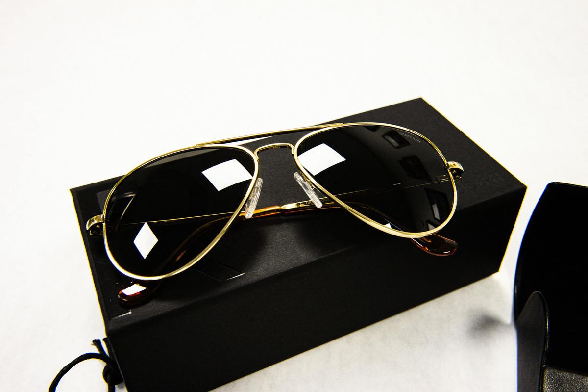 拜登贈送給普京的Randolph Aviator太陽眼鏡。圖為這款眼鏡在麻州蘭道夫鎮展示。(JOSEPH PREZIOSO/AFP via Getty Images)