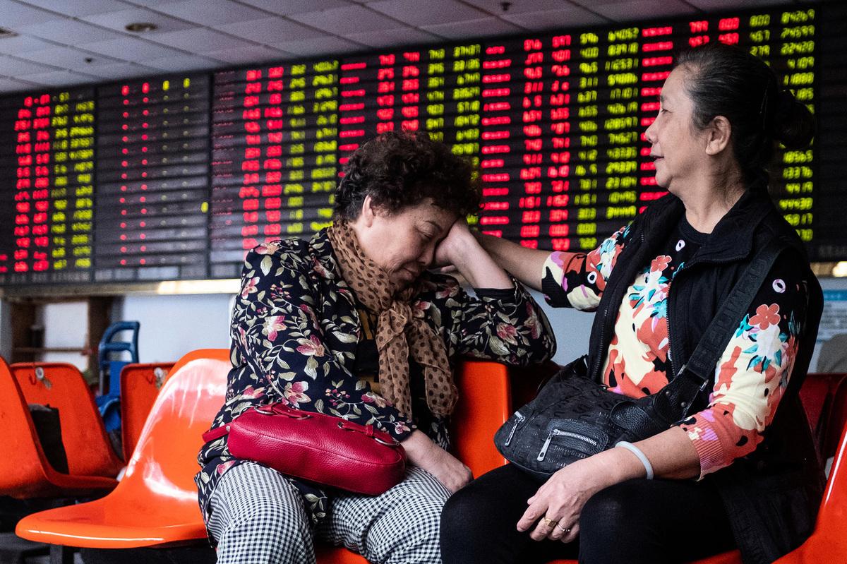 圖為2018年10月15日上海一家證券交易所中的股票市場走勢。(Photo credit should read JOHANNES EISELE/AFP via Getty Images)
