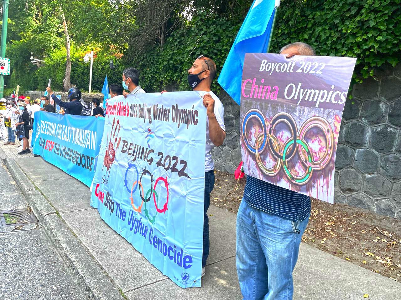 2021年6月23日,來自溫哥華8個團體的民眾聚集在溫哥華中領館前,響應全球抵制北京2022冬奧會的行動。(梁月/大紀元)