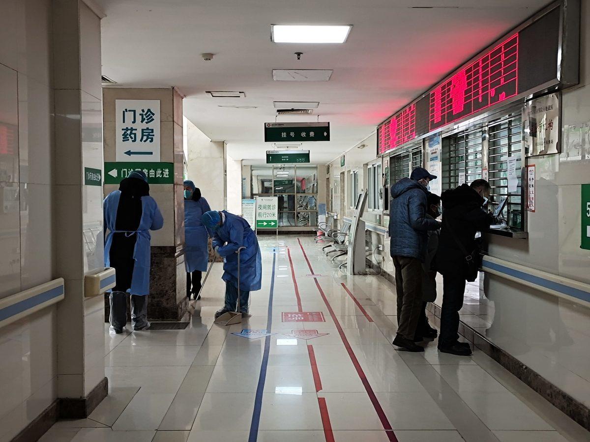 四川華西口腔醫院全面取消現場掛號,改為微信提前預約。這一決定難倒不少前往看病的老人,也引發社會輿論譴責,圖為醫院資料圖。(Getty Images)