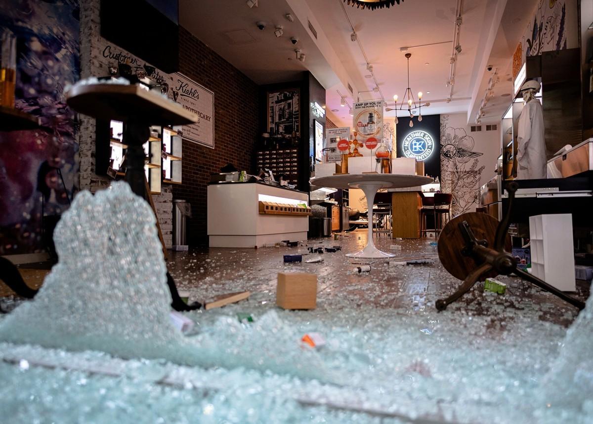 美國非裔喬治.弗洛伊德(George Floyd)之死所引發的暴力搶劫現場之一。(攝於2020年6月1日)(Johannes EISELE / AFP)