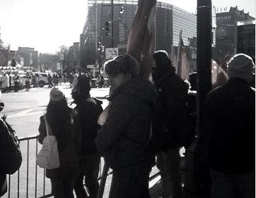 2月9日,法拉盛中國新年遊行時,親共團體組織了數百人揮舞紅旗「佔領美國街道」。圖中的灰衣中年頭目用上海話吩咐周圍的人,如何統一口徑,以免內幕曝光。(大紀元)。