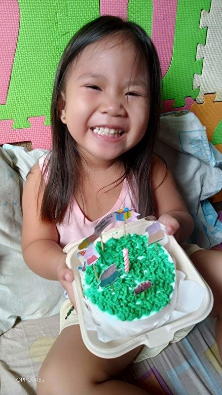 羅謝爾的女兒得到小豬佩奇蛋糕。(由羅謝爾‧雷耶斯提供)