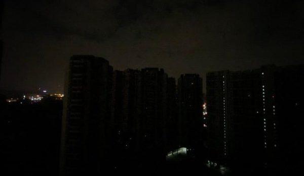 廣州、東莞等地周一凌晨零時無預警停電約一個小時,漆黑一片。(微博圖片)