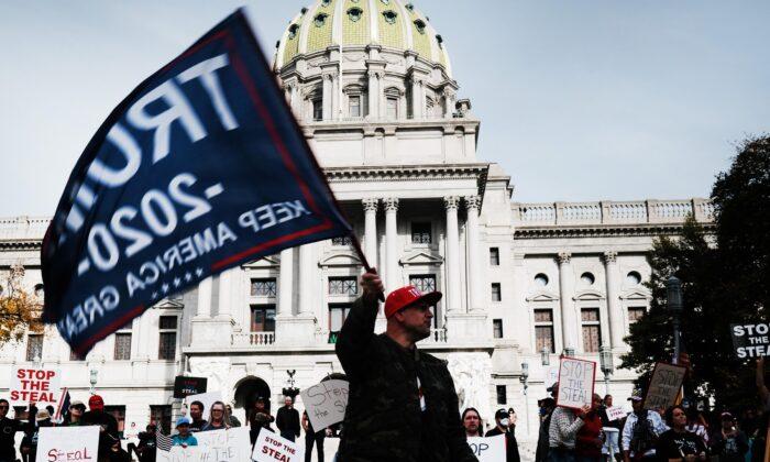 因為選舉有舞弊嫌疑,2020年11月5日,在賓夕凡尼亞州首府哈里斯堡的州政府前,數十名民眾聚集要求停止計票。(Spencer Platt/Getty Images)