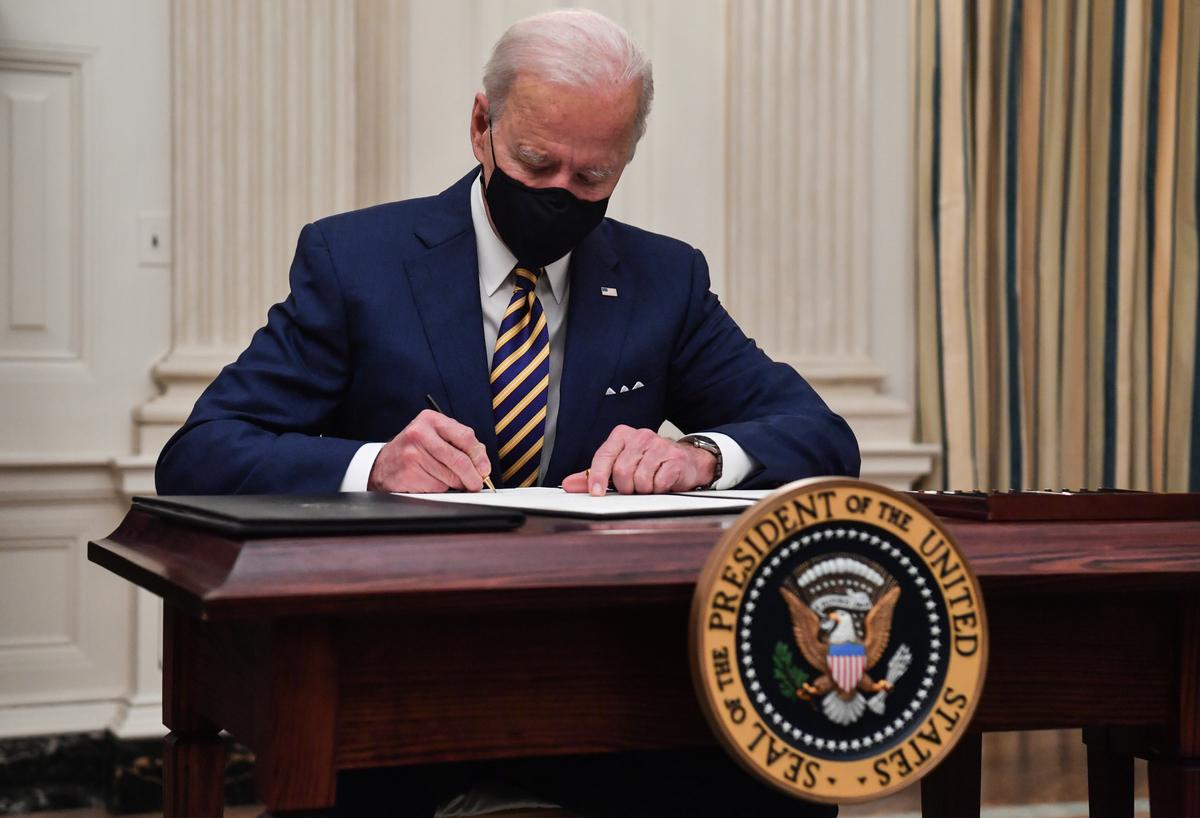 美國新任總統祖拜登(見圖)簽署行政令,取消Keystone XL石油管道項目的許可,並讓美國重新加入《巴黎氣候協議》,引發共和黨參眾議員的反對,議員們認為,拜登此舉損害美國就業,且使得中俄受益。(Nicholas Kamm/AFP)