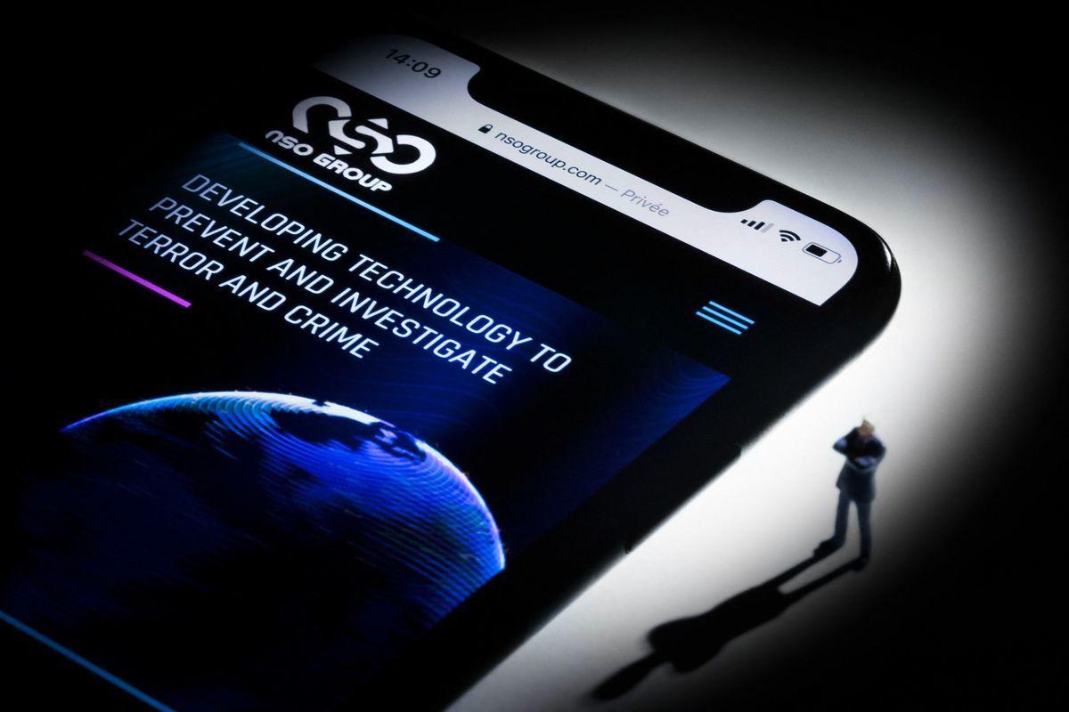 圖為顯示以色列NSO集團網站的智能手機。NSO開發的飛馬間諜軟件(Pegasus),被指控遭非法用以監控記者、維權人士與多國政要。 (JOEL SAGET/AFP via Getty Images)