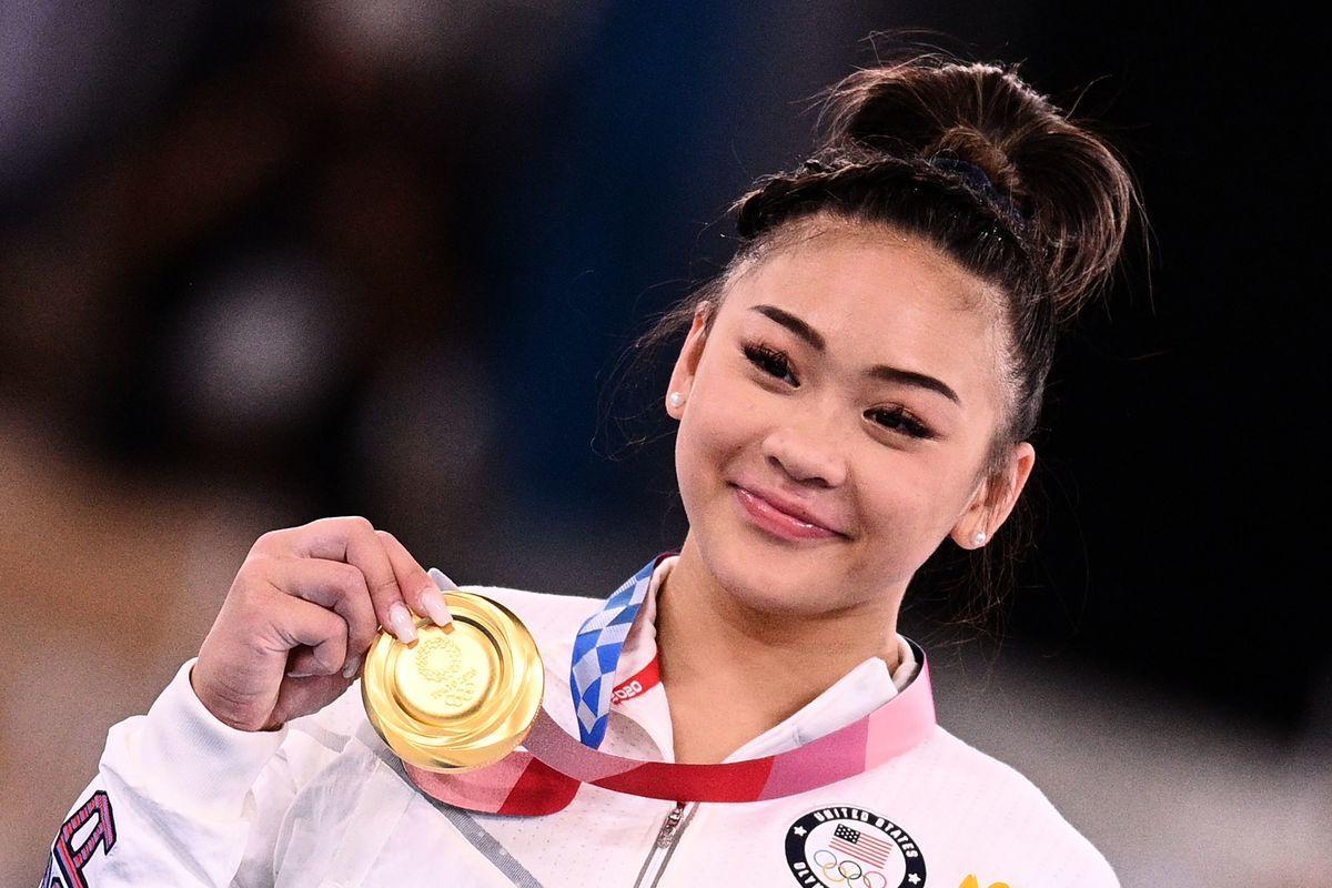 2021年7月29日,美國隊體操選手蘇妮莎‧李( Sunisa Lee)贏得女子全能決賽金牌。(MARTIN BUREAU/AFP via Getty Images)