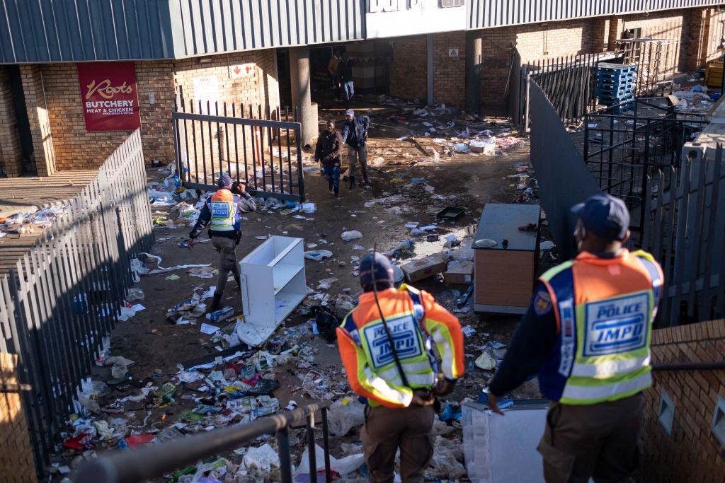 6月13日,約翰內斯堡的警方在搜索搶劫者。(Emmanuel Croset/AFP)