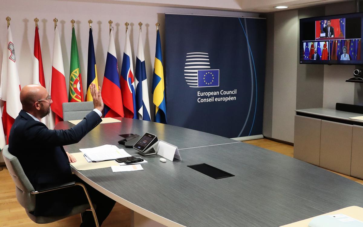 圖為2020年6月22日,歐盟理事會主席查理斯·米歇爾(Charles Michel)在與歐盟委員會主席烏爾蘇拉·馮·德·萊恩(Ursula von der Leyen)和中共國家主席習近平通過影片出席中歐峰會。(YVES HERMAN/POOL/AFP)
