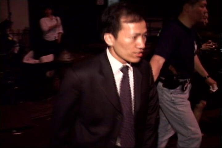 梁冠軍2003年6月26日凌晨被紐約警察帶出市警華埠5分局。(大紀元圖片庫)
