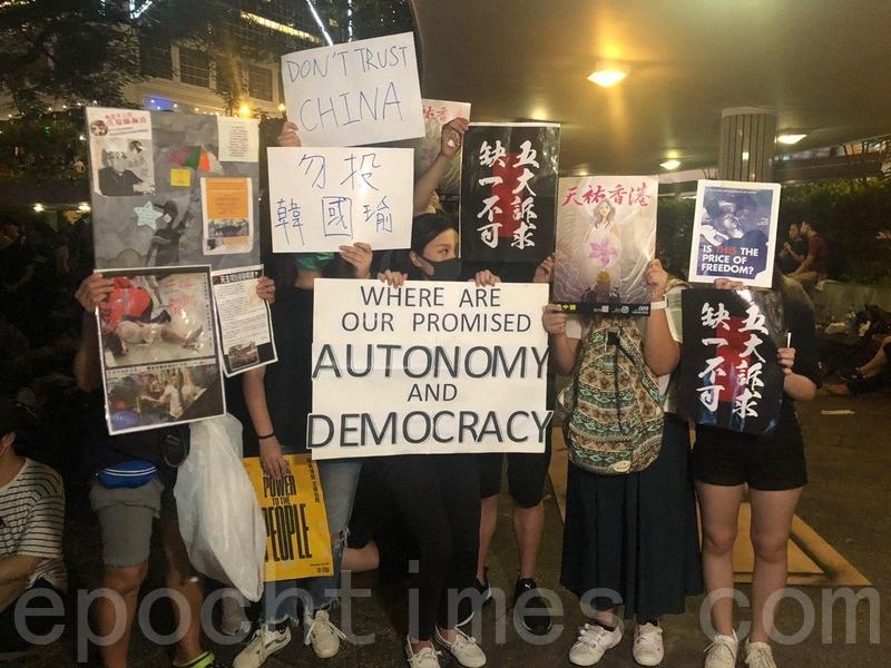 8月16日周五晚,6萬香港民眾於遮打花園舉行「英美港盟 主權在民」集會,呼籲國際關注和支持香港。(梁珍/大紀元)