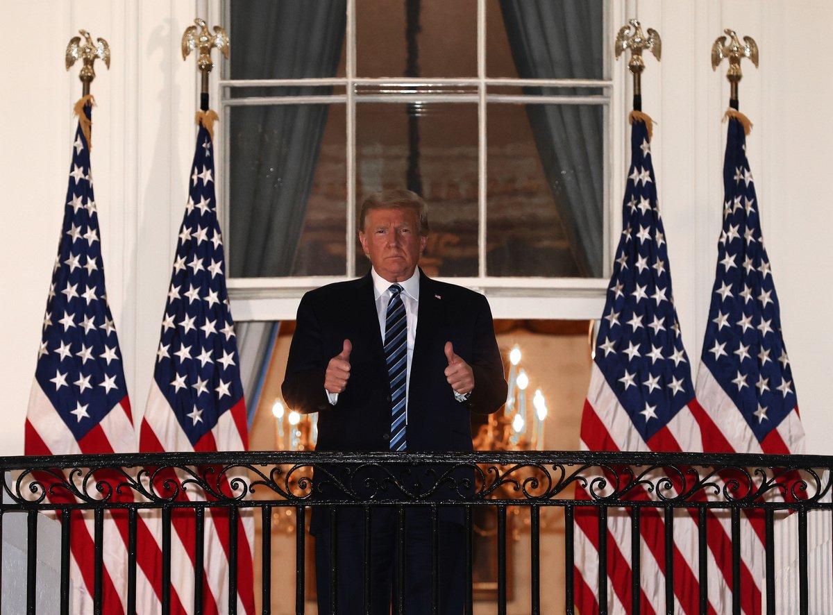 2020年10月5日,美國華盛頓特區,特朗普總統從沃爾特·里德國家軍事醫學中心(Walter Reed National Military Medical Center)返回白宮後,雙手豎起大拇指。(Win McNamee/Getty Images)