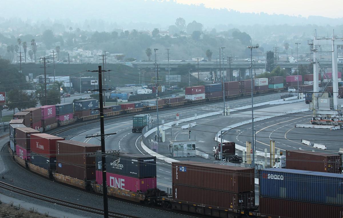 英國智囊的一項新報告指出,美國有414種商品依賴中國進口,其中114種用於關鍵的國家基礎設施,這將構成潛在的國安風險。圖為美國的洛杉磯港。(Mario Tama/Getty Images)