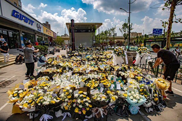 2021年7月27日,河南省鄭州市,民眾獻上一束束鮮花,哀悼遇難者。(STR/AFP via Getty Images)