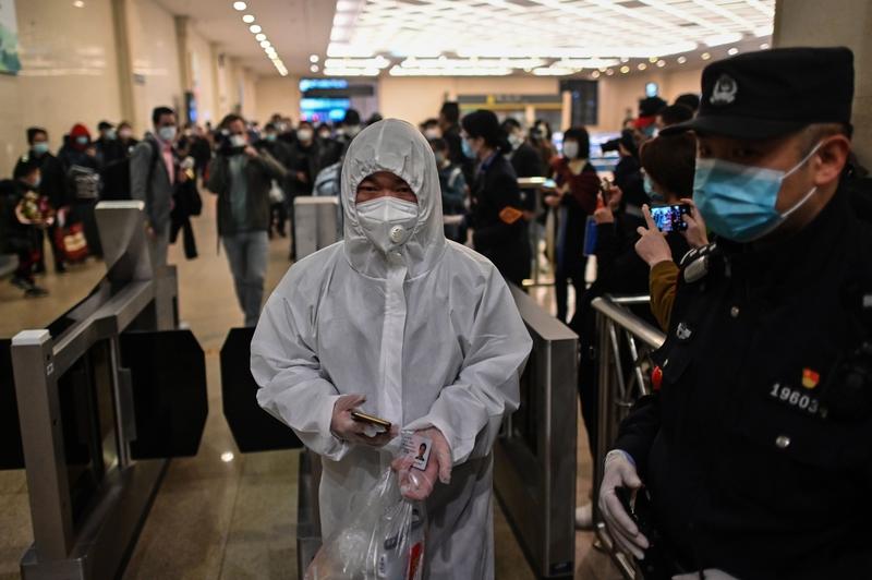 2020年4月8日,湖北武漢解封首日,在漢口站準備搭車的民眾。(HECTOR RETAMAL/AFP via Getty Images)