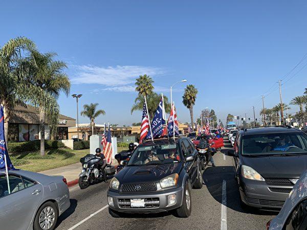 1月6日上午9點半,近百輛掛著美國國旗、特朗普旗幟的汽車,浩浩蕩蕩從西敏市的鬧市一路駛向杭廷頓海灘市,沿途吸引了很多民眾拍照、鳴笛支持。(姜琳達/大紀元)