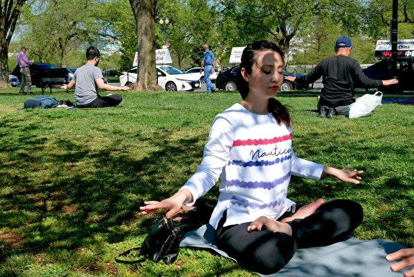 4月11日,春暖花開。美國華盛頓DC部份法輪功學員來到華盛頓紀念碑前煉功。(董韻/大紀元)