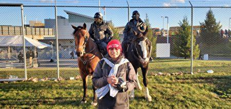 11月2日大選日前一天,劉先生在賓州特朗普造勢集會,與總統特勤局的騎警合照。(Bob劉先生提供)