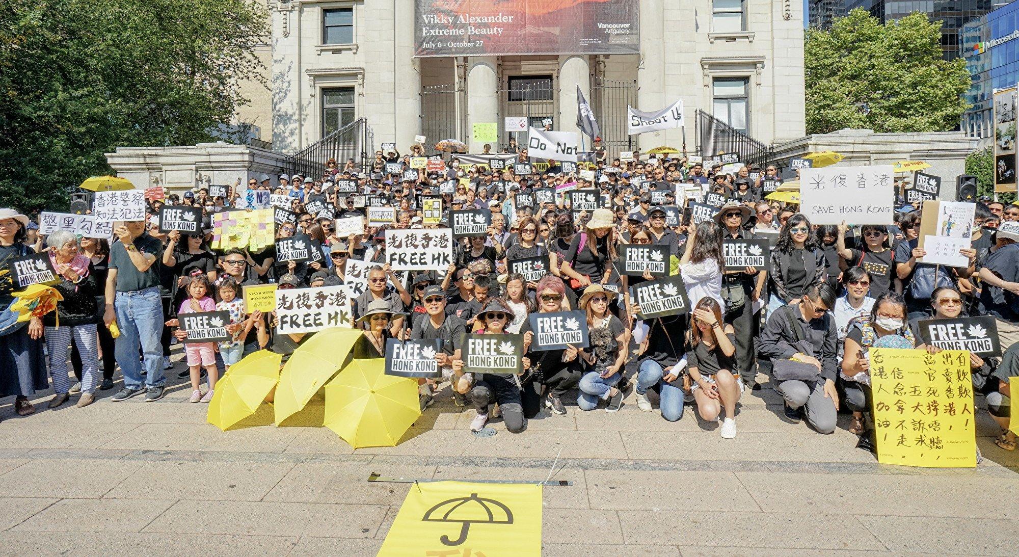 2019年8月3日,逾千名溫哥華華人在藝術館前集會,支持香港反送中示威者。(Canadians Concerned About Hong Kong授權)