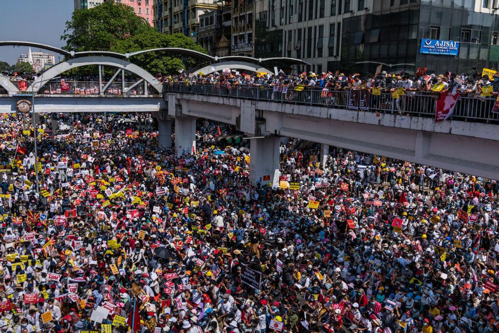 圖攝於2月7日,緬甸民眾抗議軍政府政變。(Hkun Lat/Getty Images)