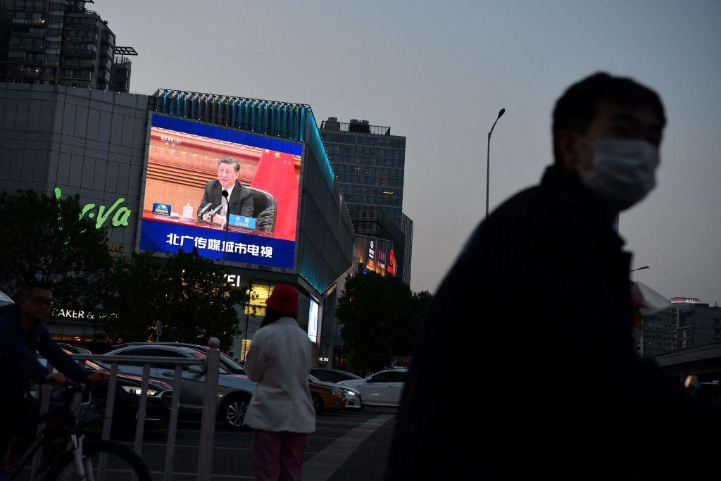2021年4月23日,北京街頭的一個大屏幕正在播放習近平參加美國主導的氣候峰會的新聞報道。(Greg Baker/AFP via Getty Images)