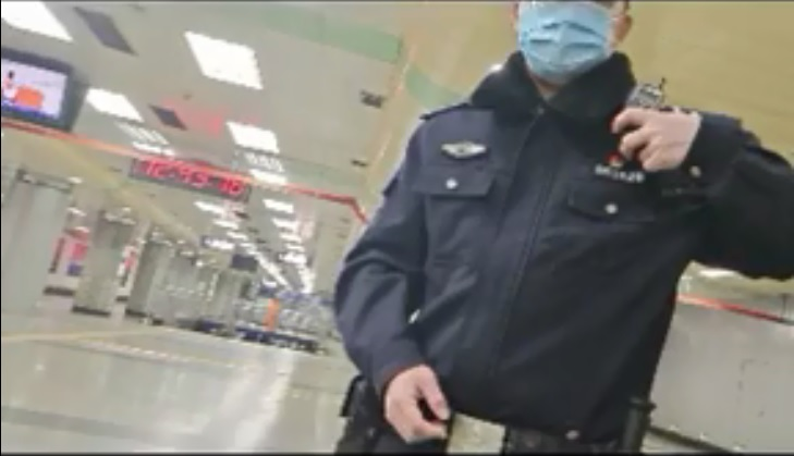 陝西在京訪民吳遠秀上周連續二天在北京南站遭到綁架,報警多日警方不立案。(影片截圖)