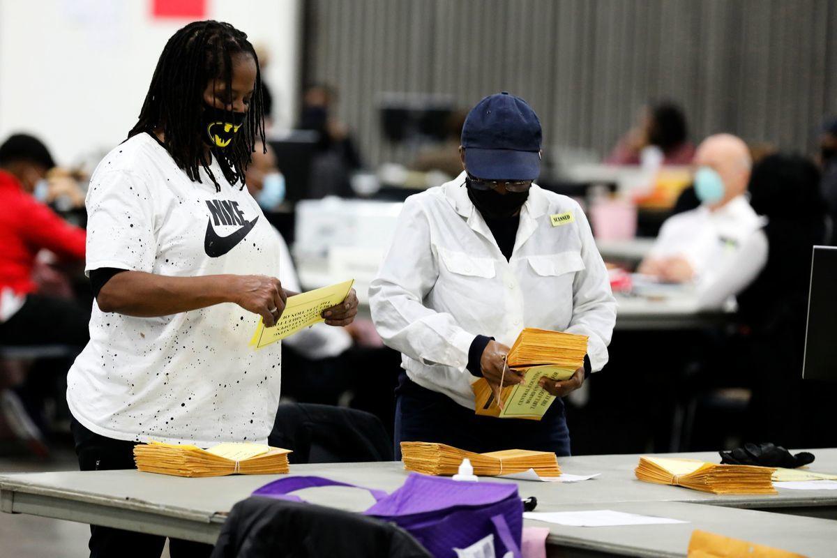 2020年11月4日,美國密歇根州底特律,工作人員在TCF會議中心進行總統大選的計票程序。(JEFF KOWALSKY/AFP via Getty Images)