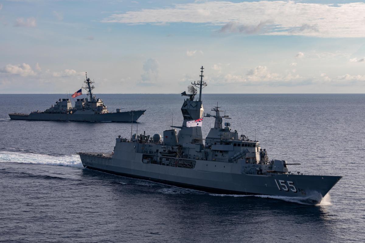 2020年10月27日,在南中國海,美軍伯克級驅逐艦麥凱恩號(DDG 56)和澳洲皇家海軍護衛艦巴拉特號(FFH 155)聯合演習。(澳洲皇家海軍照片)