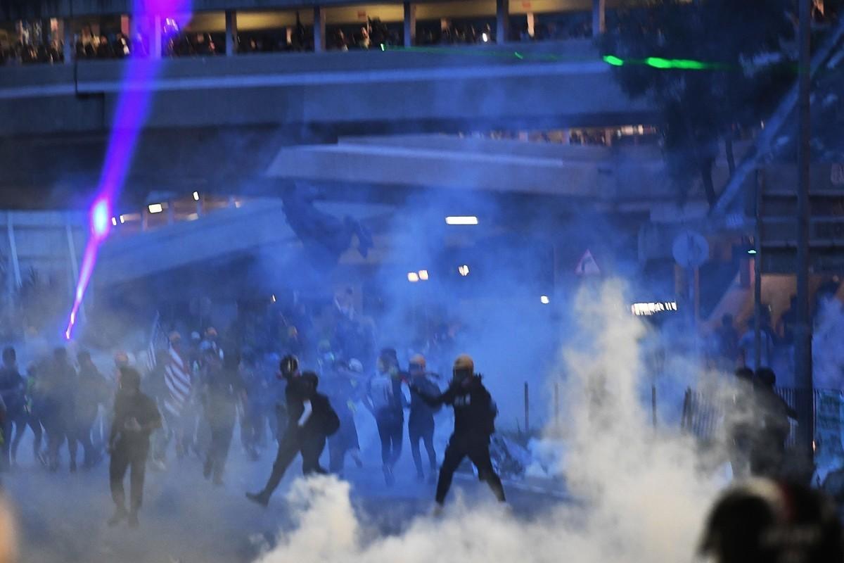 港人反送中運動遍地開花。圖為2019年8月10日,大圍警方釋放催淚彈。(宋碧龍/大紀元)